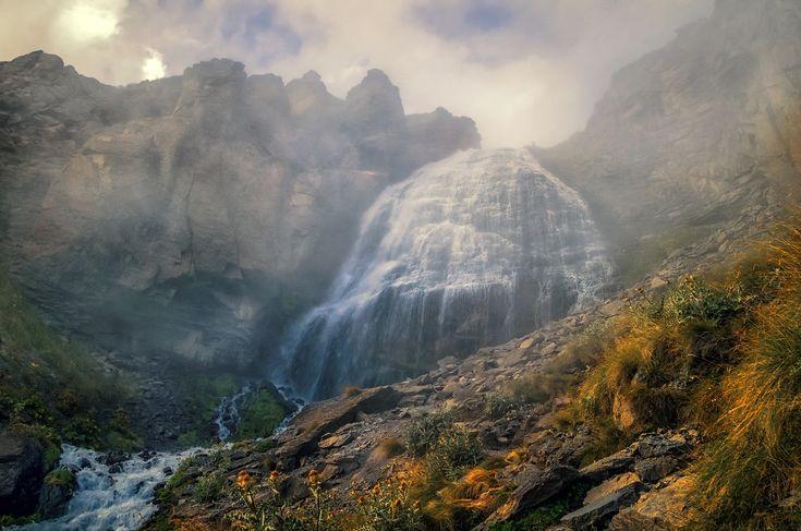 """Эти туманные """"Девичьи косы"""". Водопад """"Девичьи косы"""" Расположен на высоте 2750 м на склоне Эльбруса. Высота водопада - 30м  Туман неожиданно просто упал на водопад в момент съёмки, не много не дождавшись заката. Автор: Scorpio"""