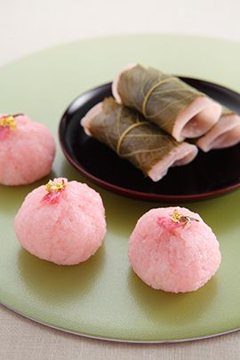 Menu of spring (February-March-April) Kanto and style wrapped bean paste and rice cake dough baked thin, Kansai-style wrapped in a cherry sauce Domyoji. I will introduce two types of bean paste rice cake wrapped in a cherry leaf.