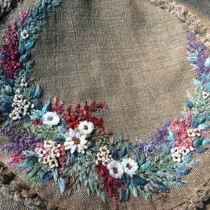 꽃가방으로 태어나다  처음으로 만들어 본 꽃자수 백 나름 신경써서 만들었다 앞쪽 수 놓인 부분을 주머니로 처리했더니 여러모로 쓰임새가 많지만... #내취향 아니다 #빅백 #보빈린넨 #꽃자수가방 #프랑스자수 #핸드메이드 #꽃자수 #embroidery #needlework #handmade #stitch