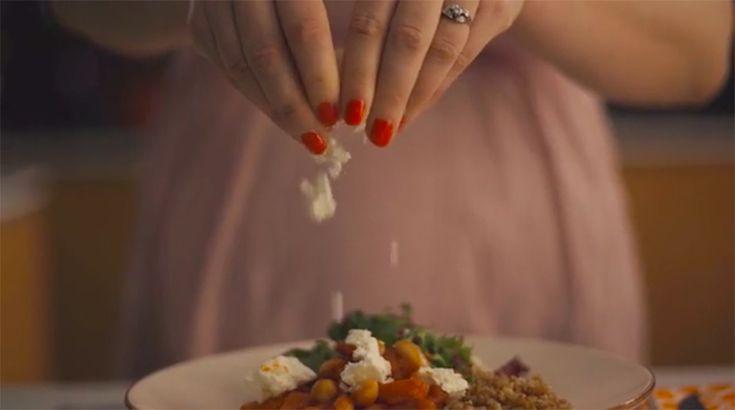 Detta behöver du för 2 personer:  Till böngrytan:  – 1/2 burk ekologiska kikärtor – 1/2 burk ekologiska stora vita bönor – 1 stor morot – 1 stor vitlöksklyfta – 1 burk ekologiska krossade tomater – 1 skvätt grönsaksfond, gå på känsla här! – 1 kanelstång – 1 tsk mald kanel – 1 krm spiskummin – 1/2 tsk paprikapulver – salt och peppar – bladpersilja – 1/2 paket ekologisk fetaost – 2 nävar mixad sallad – 1 skvätt olivolja – 1 skvätt honung  Till matvetet:  – 2 dl matvete – 3 dl vatten – 1 stor…
