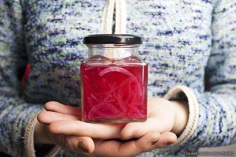Recept på snabbt picklad rödlök, får en fantastisk rosa färg och passar som tillbehör till det mesta!