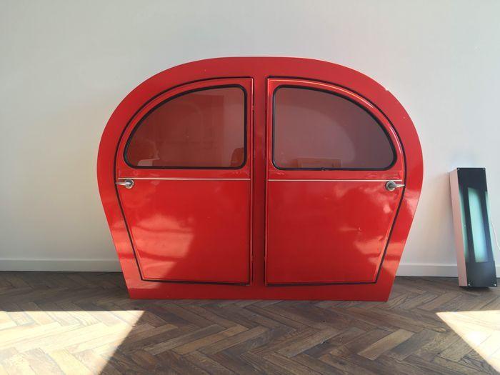 2CV design kabinet / Drank meubel  Design 2CV CITROEN kabinetKlassiek rood kleur knalt in de zon. Hoogte 122 diepte 42 en breedte 162 cm.Perfect voor opslag van spullen en je mooiste zaken tentoon te stellen.Heel mooi model gemaakt in 2000.Lelijke eend vintage car klassieker oldtimer kabinet meubel dressoir.  EUR 450.00  Meer informatie
