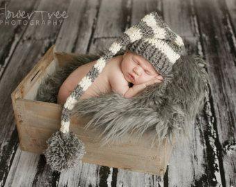 Pasgeboren Elf hoed grijs en crème Stripe Hat, pasgeboren meisje hoed, pasgeboren jongen hoed, pasgeboren foto Prop, kous Cap, mijnheer Sandman Hat, Pom Pom hoed