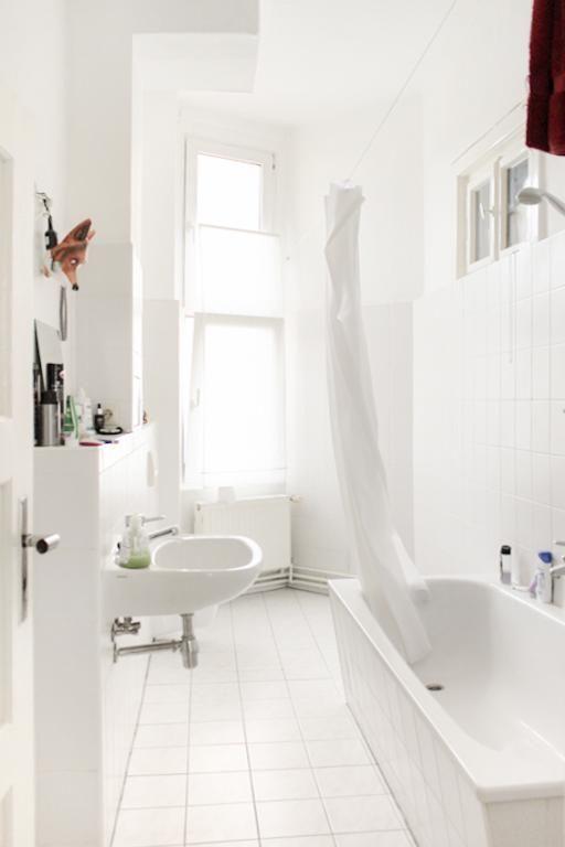 großes helles badezimmer in renovierter altbauwohnung mit