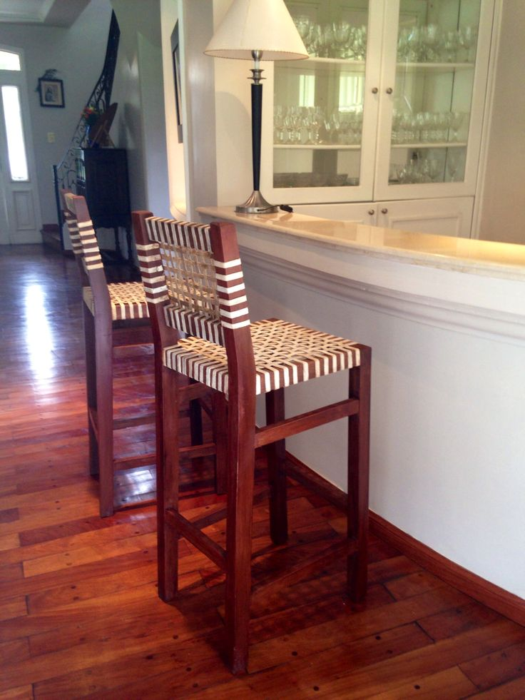 Banquetas altas para bar muebles rusticos madera y cuero for Sillas para desayunador