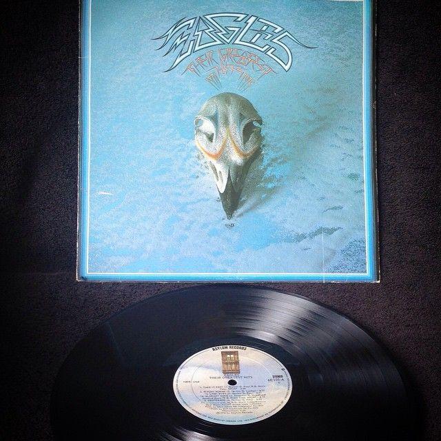 Eagles - Their Greatest Hits 1971-19751976, CANADA, ASYLUM 6E105Hasta noviembre de 2009, el álbum ha vendido entre 29.000.000 de copias convirtiéndose en el álbum recopilatorio más vendido en la historia musical de los Estados Unidos, sumando los 13 millones de copias que ha vendido a nivel internacional, suma un total de 42 millones de ventas siendo uno de los álbumes más vendidos de todos los tiempos.Edición original de 1976, Prensado en Canadá, gran sonido,
