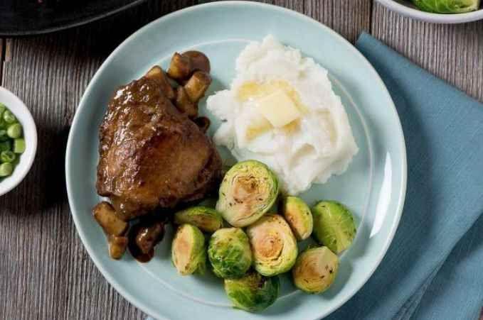 De simples ingrédients de votre garde-manger vous permettent de réaliser ce plat savoureux et à prix abordable pour les soirs de semaine. | Le Poulet du Québec