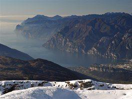 Pohled z vrcholu Monte Stivo na jezero Garda