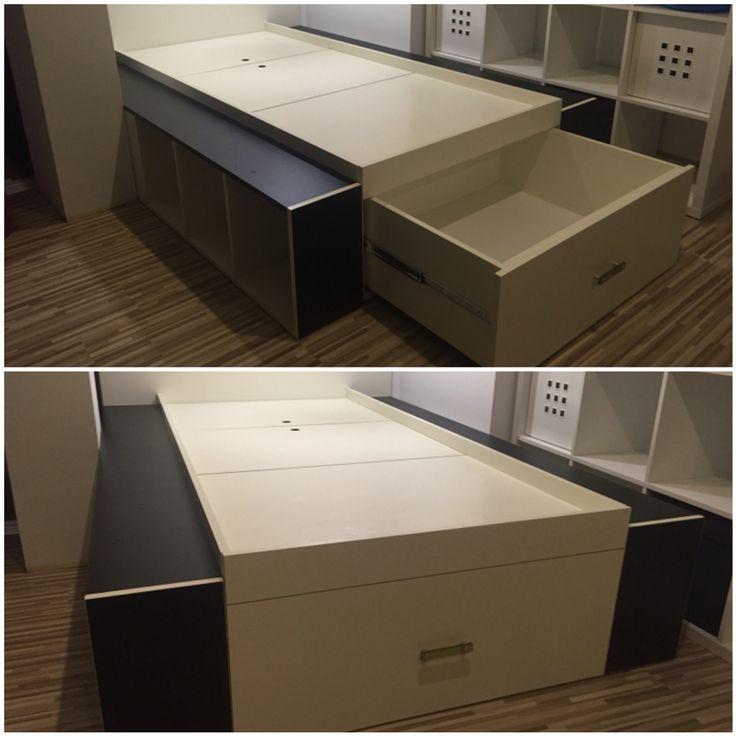 Łóżko młodzieżowe z szufladą, dwoma schowkami pod materacem i wnękami w bokach.