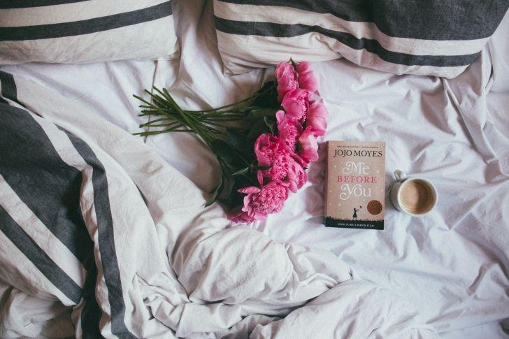 Als je in een relatie zit dan zijn er op een werkdag misschien maar twee momenten waarop je je partner ziet: als je wakker wordt en als je naar bed gaat. Dan wil je er ook het beste van maken toch? We delen zes slaapkamerregels voor een gelukkige relatie.