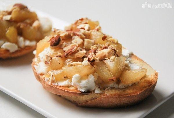 Crostini de peras caramelizadas con queso de cabra y almendras