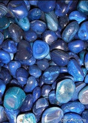 Kristálygyógyászat / Gyógyító kövek: Kék achát Minden hiedelemmel ellentétben a kék achát nem mesterségesen előállított kő. Fehér achátból készítik, és kék festékbe áztatják. A fehér achát magába szívja a festéket, a festék energiáját, és mivel a kék szín a torokcsakra színe aktiválja a torokcsakrát. Ezért a kék achát a torokcsakrába és a koronacsakrába kapcsolódik. A torokcsakra az igazság, őszinteség csakrája. Szembesülök önmagam hazugságaival önmagamról.
