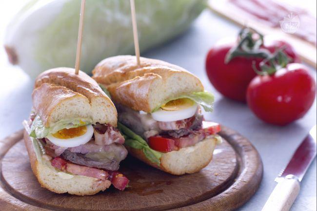 Il chivito è un sandwich tipico della cucina uruguayana, con carne, bacon croccante e uova.