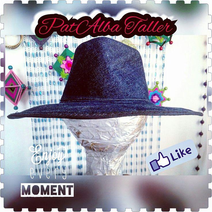 Fue difícil lograr q se mantenga firme el sombrero pero lo conseguí 👏👏👏👏..... Terminado mi primer sombrero de mezclilla❗❤👓✂😍  #ilovemezclilla #PatAlbaTaller #diseñodeautor #emprendedora #artesana #handmade #vestuario #confeccionapedido #costuras #diseñounico