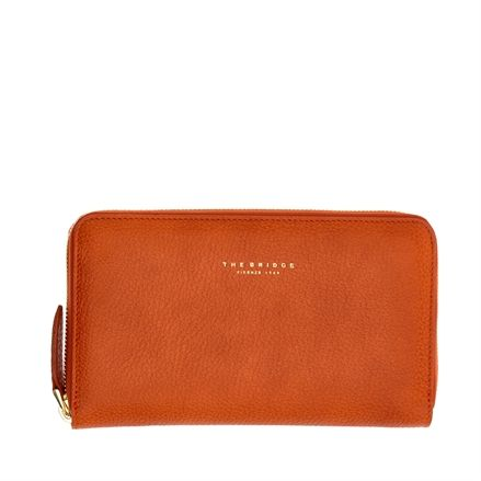 This bifold leather wallet from The Bridge is a feminine and fashionable accessory. Perfect to store safely your credit cards, bills and coins thanks to its zippered closure. Minimal and slim, this wallet features a sporty and youthful design. The perfect balance between elegance and function. Size 19X11 cm