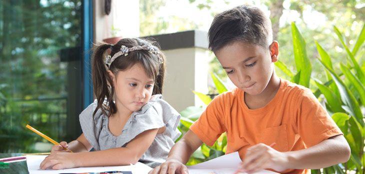 Os sugerimos juegos con lápiz y papel para hacer con niños para que dejéis la tecnología a un lado y volváis a retomar con vuestros hijos algunos juegos tradicionales: 'El ahorcado', 'Stop', 'Tres en raya'...