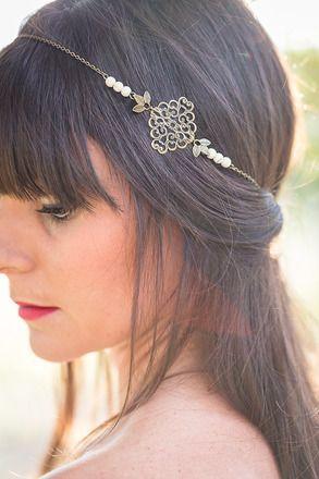 Ce headband est fabriqué en métal de couleur bronze, il est composé d'une estampe en métal, chaîne, perles beiges et petites fleurs en métal.   Il est équipé d'un systèm - 16408104