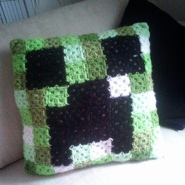 Hazel's Crochet: Minecraft Creeper Cushion
