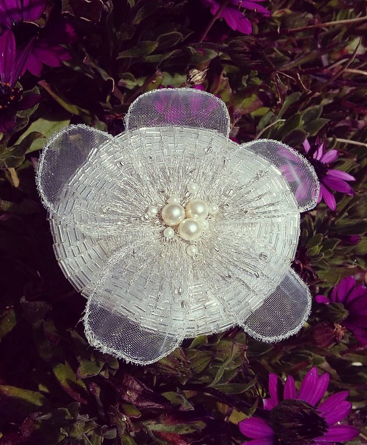 Pince à cheveux brodée au crochet de Lunéville en forme de fleur idéal pour un mariage ou pour illuminer vos cheveux cet été ;) #luneville #pincecheveux #fleur #romantic #flowerhairclip #mariage #wedding  www.etsy.com/fr/shop/HEOLLENE