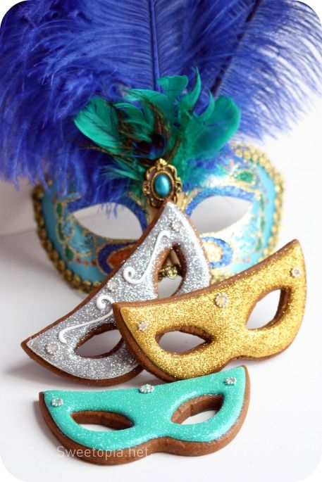 I adore the sparkly finish on these beautiful Mardi Gras Mask Cookies. #food #cookies #New_Orleans #Mardi_Gras #Carnival #masks #gold #silver #sparkly #glittery #beautiful