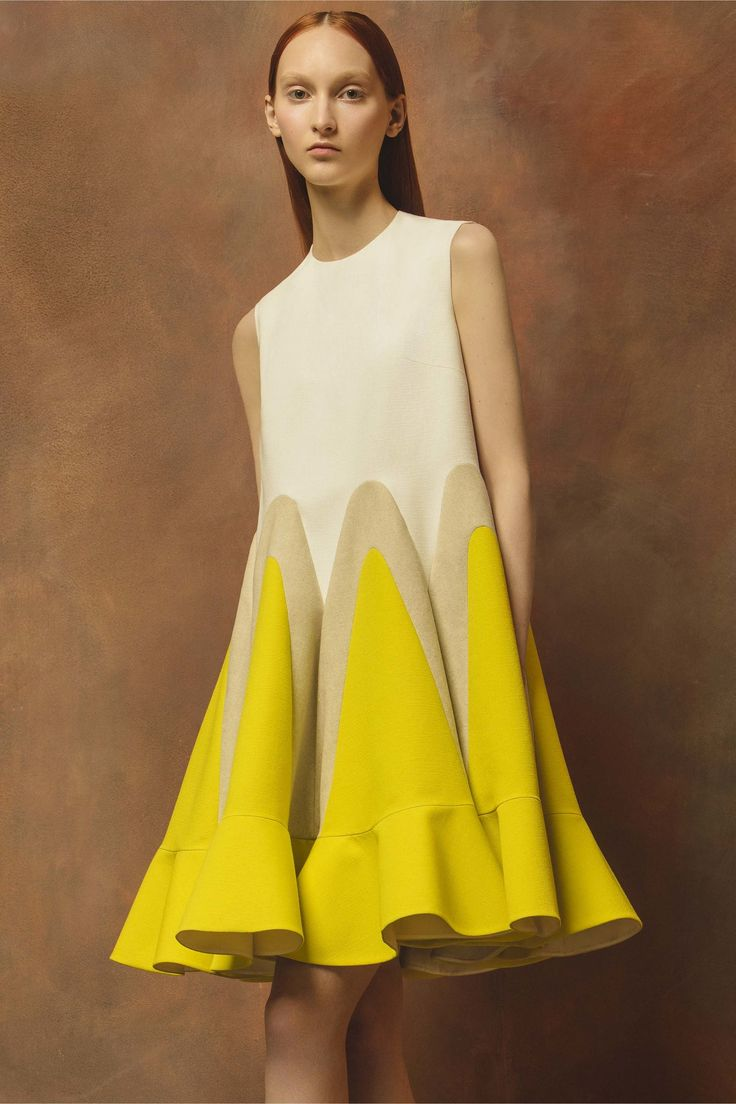 Delpozo Resort 2017 Collection Photos - Vogue. Corte con volantes muy originales en la sobriedad de sus colores.
