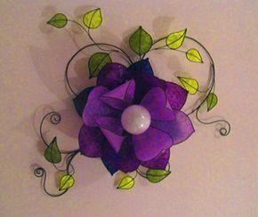 Plafoniera con fiore di Loto color viola e foglie color verde. Questa lampada da soffitto ha un diametro complessivo 100 cm.