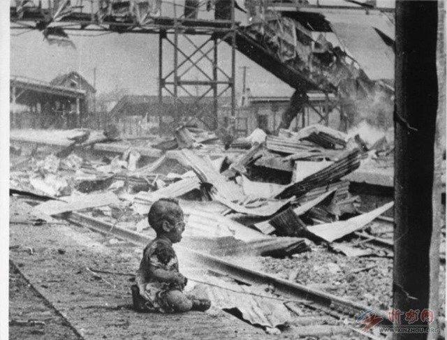 16.Bebê chora em meio aos destroços de uma estação ferroviária em Xangai, na China, bombardeada por japoneses na Segunda Guerra Sino-Japonesa, travada entre 1937 e 1945