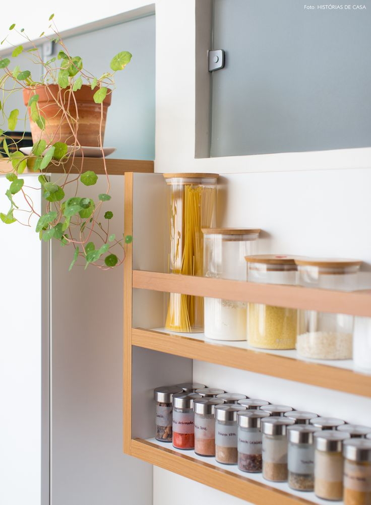 Porta tempero e mantimentos de madeira ajudam a otimizar o espaço da cozinha.