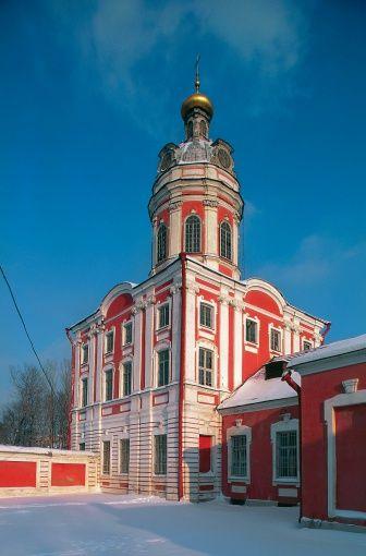 ピョートル大帝により1710〜1716年に建立された修道院でネフスキー大通りの東端にある。ロシア 旅行・観光のおすすめ見所!