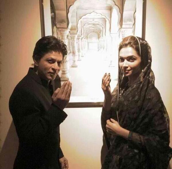 #BollywoodFlashback   @Omg SRK  @deepika padukone during a film promotion! pic.twitter.com/zCxZ9SDadG