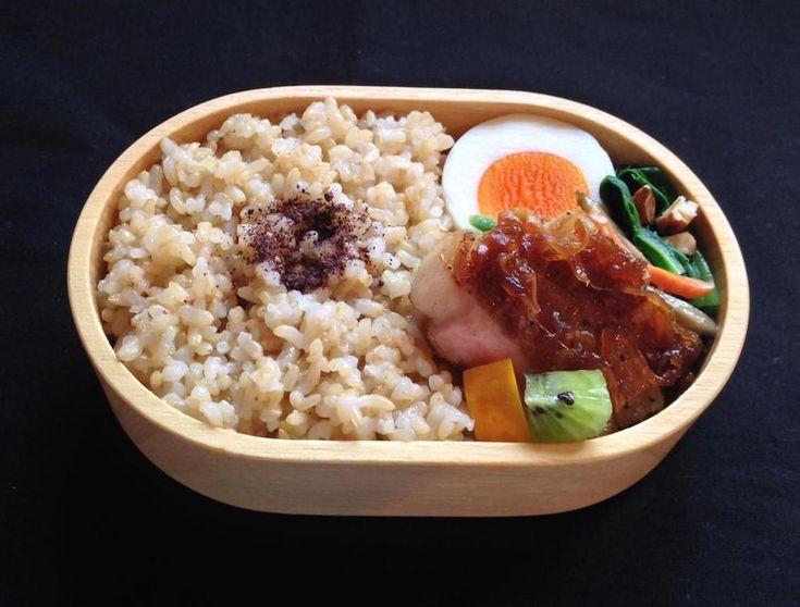 玄米ごはん130g(ゆかり)、トンテキ(オニオンソース)、ズッキーニとキウイ甘酢、牛蒡サラダ、青梗菜浸し(ローストアーモンド)、にぬき