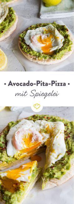 Pizza auf die Schnelle geht ganz einfach: Ohne Käse, dafür mit Pitabrot, frischer Avocado und einem perfekt gebratenen Spiegelei aus der Pfanne.