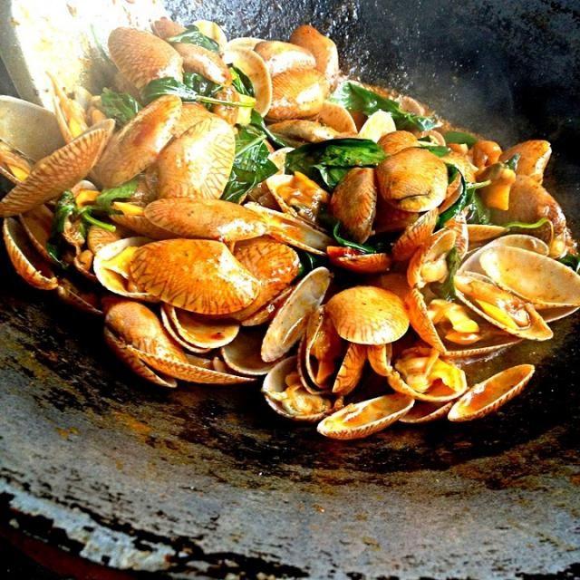 タイ人のファミリーがお料理を教えてくれて、簡単な炒めものですがバジルも入り美味しいです✨ 何て名前の貝かわからないけどアサリで再現したいです - 203件のもぐもぐ - 貝のオイスターソース炒め by ゆぅ