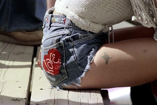 Голубые джинсовые шорты — любимый тренд американских девушек 70-х годов http://chert-poberi.ru/devushki/golubye-dzhinsovye-shorty-lyubimyj-trend-amerikanskix-devushek-70-x-godov.html