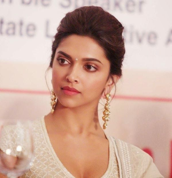 Did Deepika Padukone get hit by eggs and tomatoes?Well, the dusky beauty almost escaped from getting hit by eggs and tomatoes. Read on to know the whole kahaani….Deepika Padukone was in Ahmedabad to attend a garba event. However, the Ram-Leela actor was unaware about the fact that a group of protest