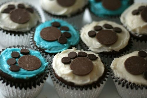 Make red cupcakes with red frosting then use the melting chocolate tabs and chocolate chips for a Clifford theme!