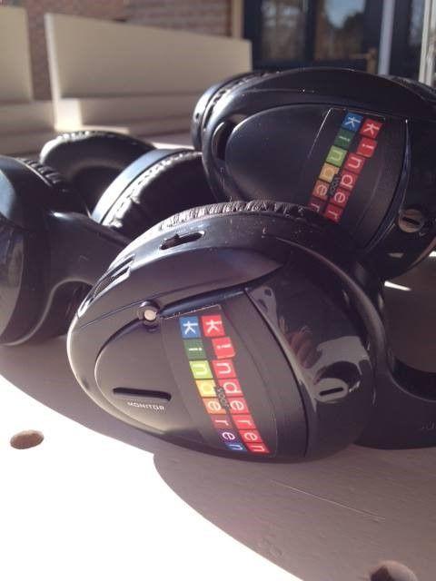 Silent disco huren? Bij dit feestconcept krijgen alle bezoekers een draadloze hoofdtelefoon aangeboden. Door deze hoofdtelefoon horen ze de muziek, presentatie of theatervoorstelling die op dat moment plaatsvindt. Daarnaast is het ook mogelijk om meerdere (muziek)bronnen aan te sluiten, het publiek kan dan kiezen naar welk kanaal ze luisteren en ze kunnen hun eigen volume bepalen. (247disco.nl/...)