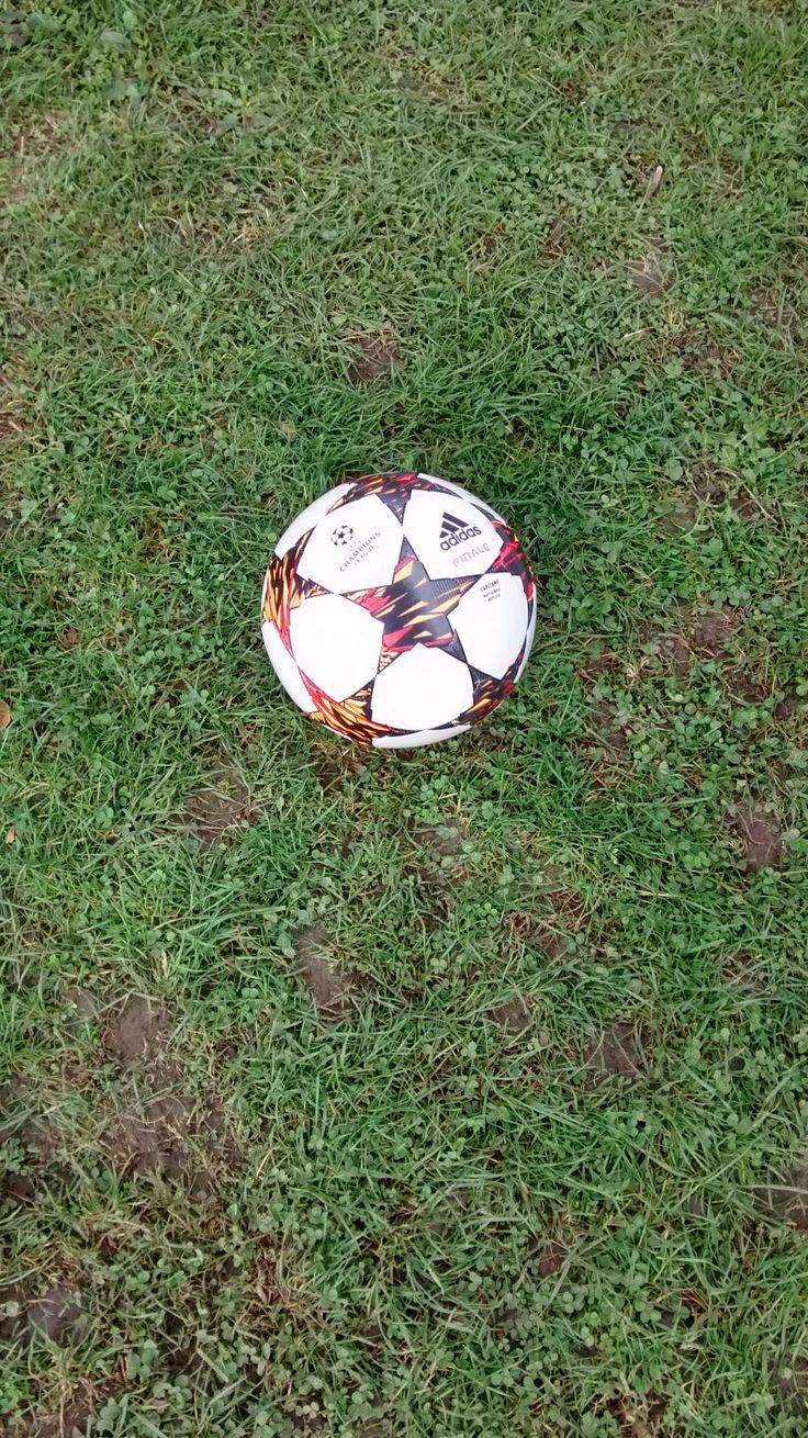 Le freestyler n'est jamais loin de son ballon ! #kaporalmayor #freestylefootball