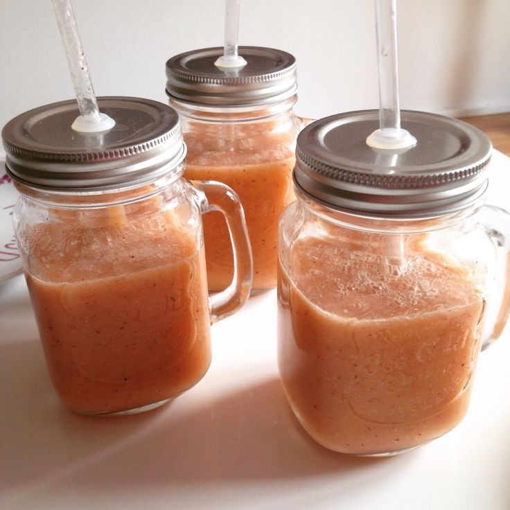Aardbei/honingmeloen/sinaasappelsap/kiwi smoothie  6 sinaasappels geperst 1 kiwi 6 aardbeien 1/2 honingmeloen