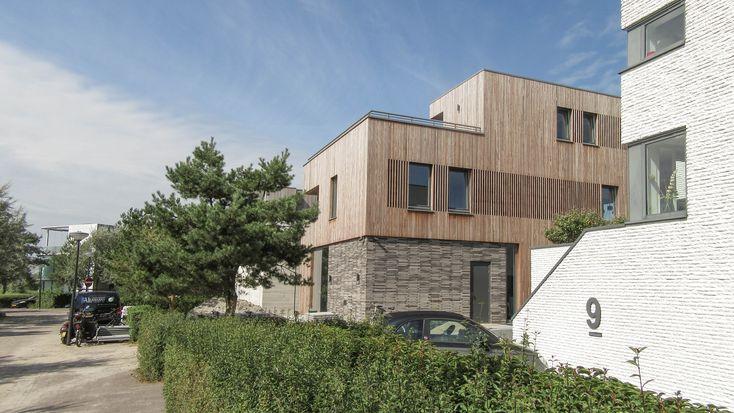 Zelf een huis bouwen op IJburg?! BNLA architecten maakte het ontwerp voor deze vrijstaande woning. Dankzij de combinatie van grijze baksteen en de houten gevelbekleding krijgt het huis een zachte uitstraling. Alsof het huis niet in Amsterdam staat maar in een rustige natuurlijke omgeving.