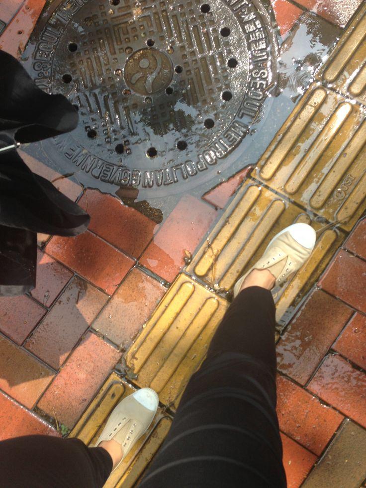 발에 밣힌 빗방울이 그립다.