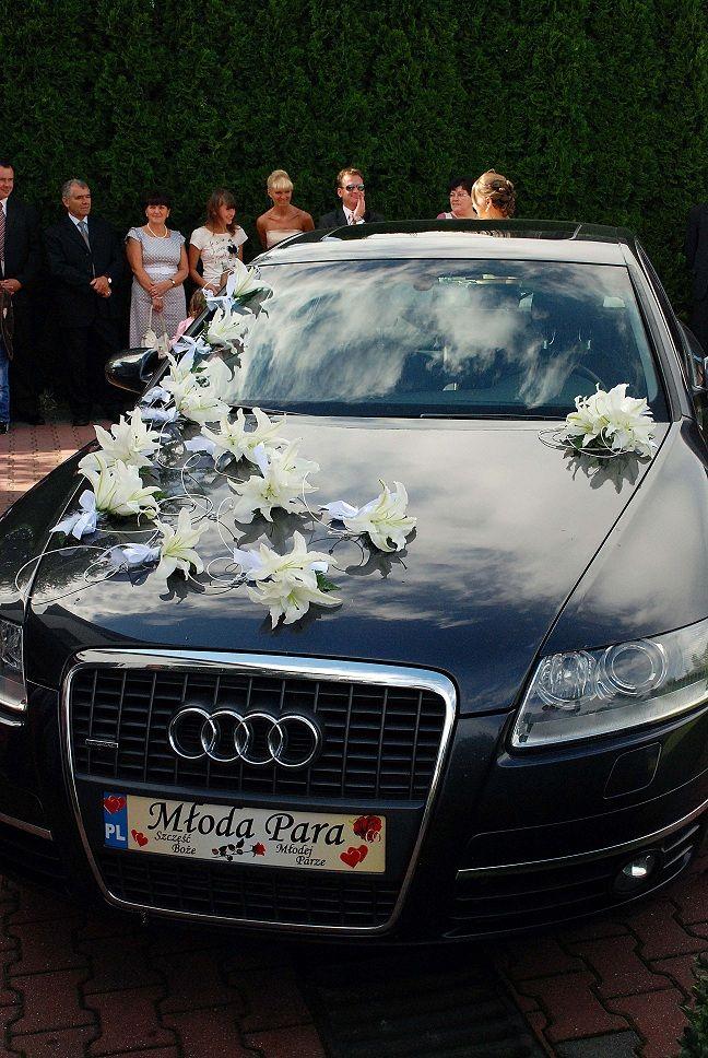 dekoracje samochodu na ślub z lilii