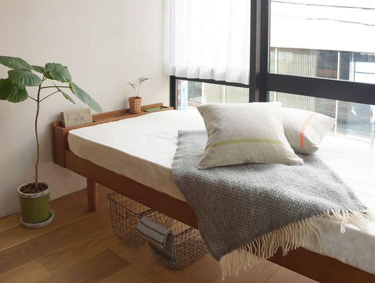 シンプルな上に、通気性も良いと人気なのが「すのこベッド」扱いやすい、折り畳み式も人気。実は、とっても簡単に作れてしまうんです。大きさも形も自由自在で、すのこの上にマットレスをのせるだけ。使用する2×4材や角材は、1本1000円もあれば手に入るから、費用の負担も少なくて済みます。カラーボックスなど、既存の商品を基盤として利用すれば、さらに簡単。ダブルベッドの大きなサイズにしたり、好きな色をぬったりしても。今回は基本的な作り方と暮らしのヒントとなる様々なDIYすのこベッドをご紹介します!