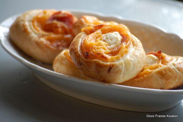 Een variant van de zelf maak 'ham kaas' croissants. Vroeger hadden wij thuis van die Danerolles blikjes in de koelkast en dan maakten we croissants op zondagochtend. Totaal andere smaak dan de echte Franse croissants, maar ok - dat wist ik als kind natuurlijk nog niet. Dit is de 'borrelvariant'.