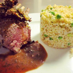 Een heel lekker gerecht met lam en couscous. Ideaal voor een weekendmaaltijd of als er bezoek komt. Het korstje met look en peterselie smaakt heerlijk op het lamsvlees en zorgt voor een speciale knapperige toets. En het zachte van de...