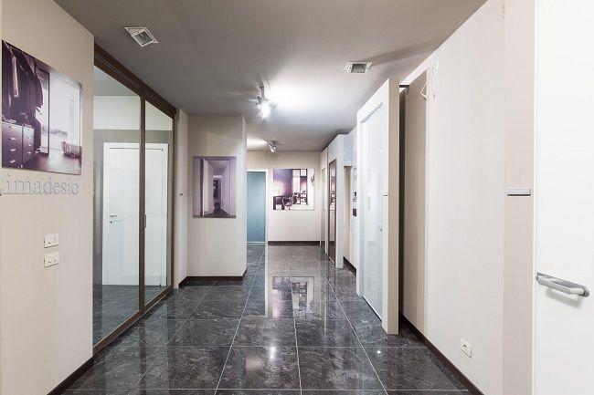 Interno dello showroom Berni a #Empoli - area porte e infissi