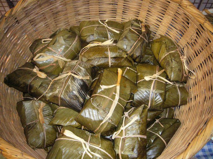 Dit is Ayaka, het zijn pakketjes dat is gevuld met kip. De bladeren die er omheen zitten is van een bananenboom