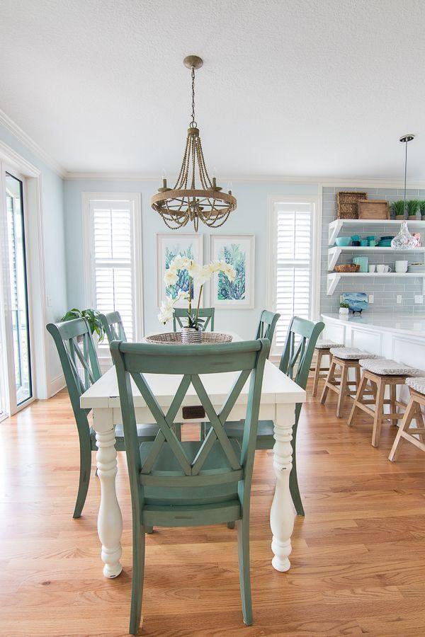 Blaues Und Weisses Kustenesszimmer Und Weisses Kuchendesign Farmhouse Dining Room Blaues Kuchendes Coastal Dining Room Green Dining Room Dining Room Paint Colors