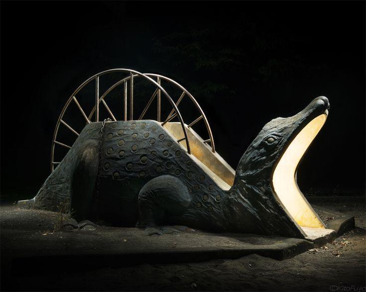 写真家・木藤富士夫が被写体として選んだのは、夜の公園に佇む個性的な形をした遊具の数々。暗闇のなかで丁寧にライティングを施されたその姿は、チャーミングで魅力的だ。同時にこれら遊具は地域の人々の記憶が詰まった「モニュメント」なのかもしれない。
