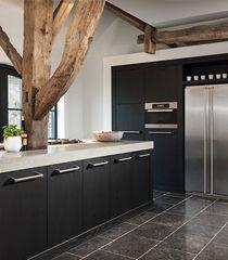 Een landelijke keuken kan ook gecombineerd worden met moderne elementen zoals een Amerikaanse koelkast